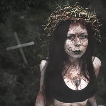 redhead fetish model leila hazlett in horror photo with fake blood in a grave wearing a crown of thorns